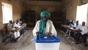 A man casts his vote during Mali's presidential election in Timbuktu, Mali, July 28, 2013. REUTERS/Joe Penney (MALI - Tags: ELECTIONS POLITICS TPX IMAGES OF THE DAY) ORG XMIT: FOR03
