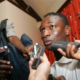 The captain of the Malian national football team Eagles of Mali, Mahamadou Diarra, speaks to reporters 26 January 2008 in Elmina during the 2008 African Nations Cup in Ghana. Mali edged closer to the last eight of the 2008 African Nations Cup 25 January 2008 when they held Nigeria to a goalless draw in a crucial Group B match in Sekondi.  AFP PHOTO / ISSOUF SANOGO