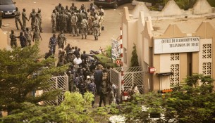 Malian soldiers and security forces gather at the offices of the state radio and television broadcaster after announcing a coup d'etat, in the capital Bamako, March 22, 2012. Renegade Malian soldiers went on state television on Thursday to declare they had seized power in protest at the government's failure to quell a nomad-led rebellion in the north.        REUTERS/Malin Palm (MALI - Tags: POLITICS CIVIL UNREST CONFLICT)
